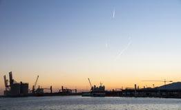 Sonnenuntergang an einem Hafen Stockbild