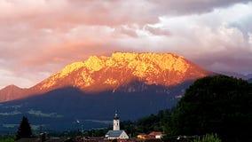 Sonnenuntergang in einem kleinen Dorf durch die Alpen stockfoto