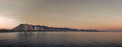 Sonnenuntergang in einem Mittelmeerstadtbild stockbilder