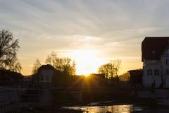 Sonnenuntergang an einem November-Abend in einer historischen Stadt stockbild
