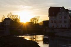 Sonnenuntergang an einem November-Abend in einer historischen Stadt stockfotografie