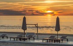 Sonnenuntergang an einem public- domainstrand von Jurmala Lizenzfreie Stockfotos