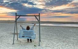 Sonnenuntergang an einem public- domainstrand von Jurmala Lizenzfreie Stockfotografie