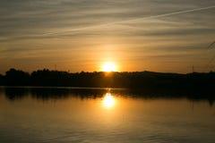 Sonnenuntergang in einem See Lizenzfreie Stockbilder