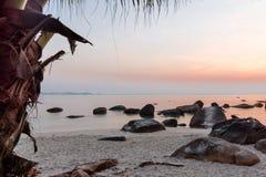 Sonnenuntergang an einem steinigen Strand Lizenzfreie Stockfotos