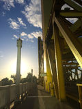 Sonnenuntergang an einer Brücke lizenzfreies stockfoto