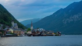 Sonnenuntergang in einer Kleinstadt auf dem Ufer eines Berges stock video