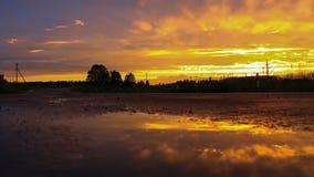 Sonnenuntergang in einer Pfütze Stockbild