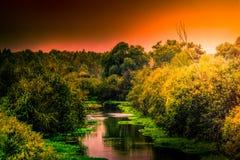 Sonnenuntergang entlang den Banken von einem kleinen Fluss in Russland stockbild