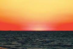 Sonnenuntergang entlang schönem Michiganseestrand mit Ansicht von Chicago-Skylinen im weiten Hintergrund stockbild