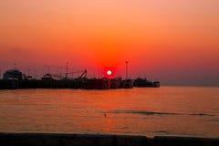 Sonnenuntergang-Fähren-Pier Many-Boote werden geparkt Und die Sonne ist rot stockfotos