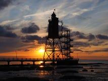 Sonnenuntergang f.m. Leuchtturm arkivbild