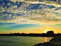 Sonnenuntergang, Farben, Himmel, Wolken, Wasser und Meer in Civitanova Marken, Italien lizenzfreie stockbilder