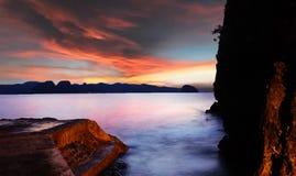 Sonnenuntergang am felsigen Ufer, Batangas Lizenzfreies Stockbild