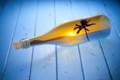 Sonnenuntergang-Ferien-Strand-Ozean-Flasche lizenzfreies stockbild