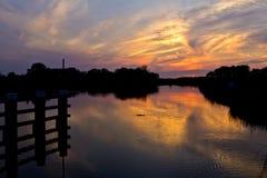 Sonnenuntergang in Fluss Oude IJssel Stockfotos