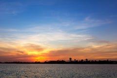 Sonnenuntergang am Flussufer Lizenzfreie Stockfotos