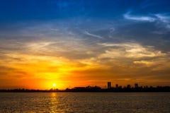 Sonnenuntergang am Flussufer Stockbild