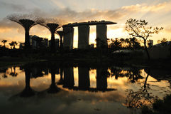 Sonnenuntergang-Gärten durch den Schacht Lizenzfreie Stockbilder