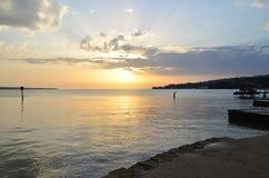 Sonnenuntergang gegen das blaue Meer Stockbild
