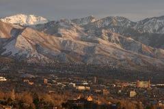 Sonnenuntergang gegen die Berge Stockbilder