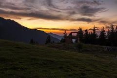 Sonnenuntergang gemacht im Herbst nahe der Ruine einer Gebirgshütte Stockbilder