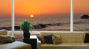 Sonnenuntergang gesehen durch großes Fenster Lizenzfreies Stockfoto