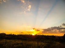 Sonnenuntergang gesehen von einem Bauernhof Lizenzfreies Stockfoto