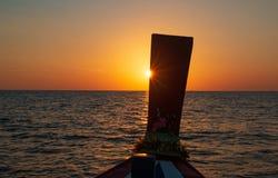 Sonnenuntergang gesehen von einem longtail Boot stockfotografie