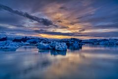 Sonnenuntergang an Glazial- Lagune Jokusarlon in Südost-Island lizenzfreie stockbilder