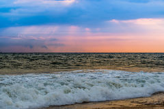 Sonnenuntergang an Goa-Strand lizenzfreie stockfotos