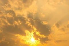 Sonnenuntergang-/Goldhimmel Lizenzfreies Stockbild