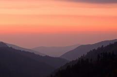 Sonnenuntergang-große rauchige Berge stockbild