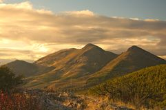 Sonnenuntergang am Hügel. Lizenzfreies Stockfoto