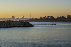 Sonnenuntergang am Hafen in Montevideo Lizenzfreies Stockbild
