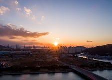 Sonnenuntergang, Hafen und Stadt Stockbild
