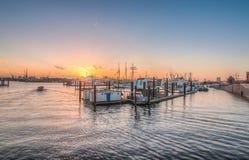 Sonnenuntergang am Hafen von Hamburg Stockfotografie