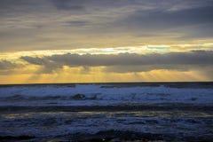 Sonnenuntergang in Half Moon Bay Kalifornien, das schöne Farben schafft Stockbilder