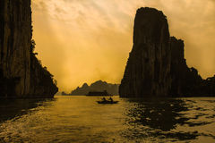 Sonnenuntergang in Halong-Bucht, Vietnam Stockfotografie