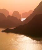Sonnenuntergang in Halong-Bucht, Vietnam Stockbilder