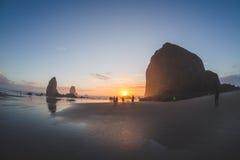 Sonnenuntergang am Heuschober-Felsen im Kanonen-Strand, Oregon Lizenzfreies Stockfoto