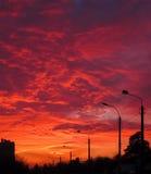 Sonnenuntergang heute Abend Schwarze Straßenlaternen auf dem Hintergrund des blauen Himmels des orange Rotes Stockfotos
