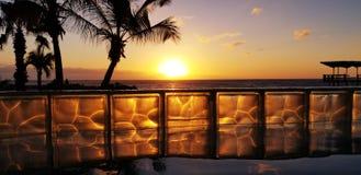 Sonnenuntergang Hilton Curaçao durch das Pool lizenzfreies stockbild