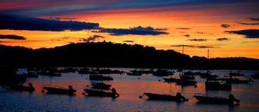 Sonnenuntergang-Himmel auf Hingham beherbergten Ozeanbucht, Hingham, MA Stockfoto