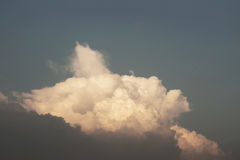 Sonnenuntergang-Himmel-und Wolken-Hintergrund in der Retro- Farbe Lizenzfreies Stockbild