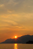 Sonnenuntergang hinter Berg stockfotos