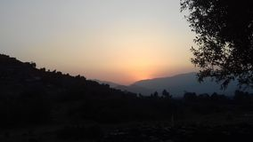 Sonnenuntergang hinter Bergen Lizenzfreie Stockfotos