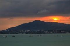 Sonnenuntergang hinter dem Berg und bewölktes Stockfotos