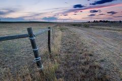 Sonnenuntergang hinter dem Fechten in den Ostebenen Colorado stockbild