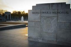 Sonnenuntergang hinter dem Monument des Zweiten Weltkrieges Stockbild
